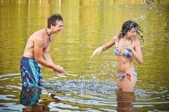 Couples heureux ayant l'amusement Photo stock