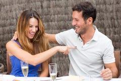 Couples heureux ayant l'amusement Image libre de droits