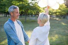 Couples heureux ayant l'amusement au parc Photos libres de droits