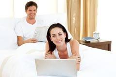 Couples heureux ayant l'amusement dans la chambre à coucher Photo stock