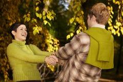 Couples heureux ayant l'amusement dans la forêt Photographie stock libre de droits