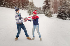 Couples heureux ayant l'amusement dehors dans le parc d'hiver Images libres de droits