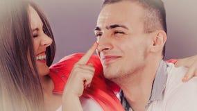 Couples heureux ayant l'amusement et dupant autour Photos libres de droits