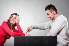 Couples heureux ayant l'amusement et dupant autour Photographie stock