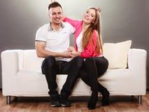 Couples heureux ayant l'amusement et dupant autour Image stock