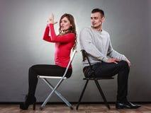 Couples heureux ayant l'amusement et dupant autour Images libres de droits