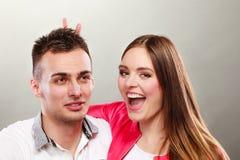Couples heureux ayant l'amusement et dupant autour Image libre de droits