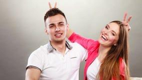 Couples heureux ayant l'amusement et dupant autour Photo stock