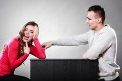 Couples heureux ayant l'amusement et dupant autour Photo libre de droits