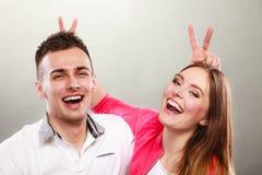 Couples heureux ayant l'amusement et dupant autour Images stock