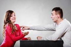 Couples heureux ayant l'amusement et dupant autour Photos stock