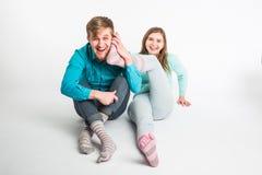 Couples heureux ayant l'amusement et dupant autour L'homme et la femme joyeux ont le temps gentil Bonnes relations et journée de  Images libres de droits
