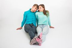 Couples heureux ayant l'amusement et dupant autour L'homme et la femme joyeux ont le temps gentil Bonnes relations et journée de  Image libre de droits