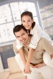 Couples heureux ayant l'amusement à la maison Image libre de droits