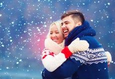 Couples heureux ayant l'amusement pendant des vacances d'hiver Photographie stock libre de droits