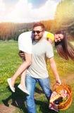 Couples heureux ayant l'amusement sur la nature Images libres de droits