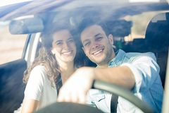 Couples heureux ayant l'amusement sur le voyage par la route image libre de droits