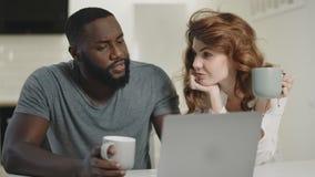 Couples heureux ayant la conversation à la cuisine ouverte Famille discutant des nouvelles banque de vidéos