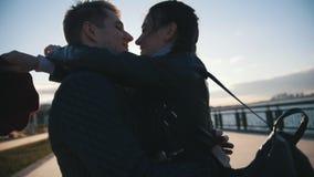 Couples heureux ayant la danse dehors - le mâle et la femme ont l'amusement au coucher du soleil clips vidéos