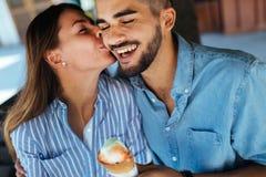 Couples heureux ayant la date et mangeant la crème glacée  Photo stock