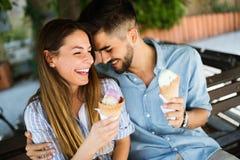 Couples heureux ayant la date et mangeant la crème glacée  Image libre de droits