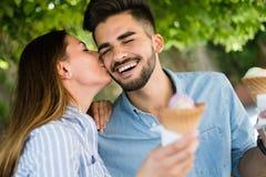 Couples heureux ayant la date et mangeant la crème glacée  Image stock