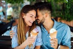 Couples heureux ayant la date et mangeant la crème glacée  Photo libre de droits