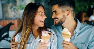 Couples heureux ayant la date et mangeant la crème glacée  Photos libres de droits