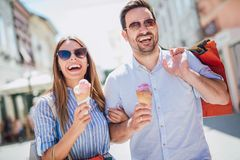 Couples heureux ayant la date et mangeant la crème glacée  Photographie stock libre de droits