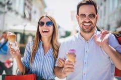 Couples heureux ayant la date et mangeant la crème glacée  Photographie stock