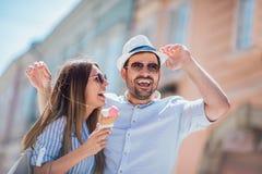 Couples heureux ayant la date et mangeant la crème glacée  Images libres de droits