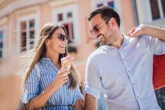 Couples heureux ayant la date et mangeant la crème glacée  Images stock