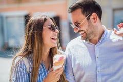 Couples heureux ayant la date et mangeant la crème glacée  Photos stock