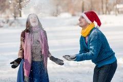 Couples heureux ayant le patinage de glace d'amusement sur la piste dehors Photographie stock libre de droits