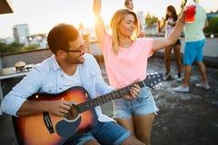 Couples heureux ayant le temps d'amusement ? la partie image stock