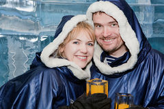 Couples heureux ayant une boisson dans le glace-bar Photos libres de droits