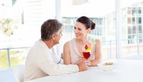 Couples heureux buvant une glace Photo stock