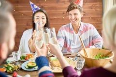 Couples heureux célébrant l'anniversaire au dîner image stock