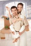 Couples heureux célébrant le sourire à la maison neuf Images stock
