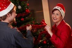 Couples heureux célébrant Noël Images stock