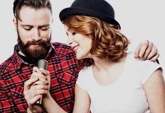 Couples heureux chantant dans le karaoke au-dessus du fond blanc, Photos libres de droits