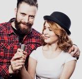 Couples heureux chantant dans le karaoke au-dessus du fond blanc, Photographie stock