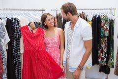 Couples heureux choisissant de nouveaux vêtements Photographie stock