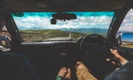Couples heureux conduisant dans la voiture et tenant des mains, vue arrière Concept d'aventure de voyage par la route Images libres de droits