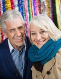 Couples heureux contre des tresses au magasin de Noël Images libres de droits