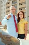 Couples heureux contre les immeubles Photo libre de droits
