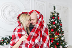 Couples heureux couverts de plaid Famille, Noël vacances Images stock