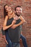 Couples heureux couvrant sa belle amie Image stock