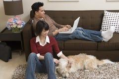 Couples heureux détendant à l'intérieur le week-end Photo stock