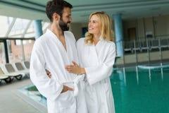 Couples heureux détendant au centre de station thermale de bien-être photo libre de droits